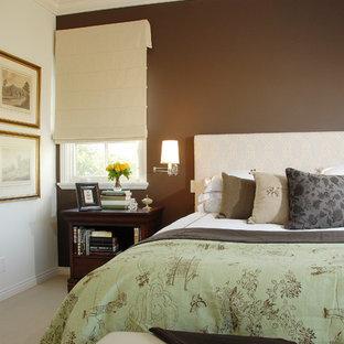 На фото: спальни в классическом стиле с коричневыми стенами