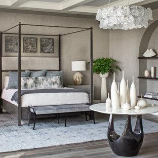 Réalisation d'une chambre parentale méditerranéenne avec un mur gris, un sol en bois foncé, un plafond à caissons et du papier peint.