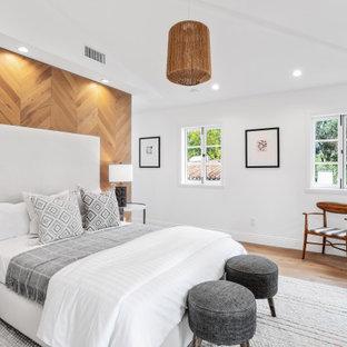 Modelo de dormitorio madera, clásico renovado, madera, con paredes blancas, suelo de madera en tonos medios, suelo marrón y madera