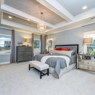 Esempio di una grande camera matrimoniale con pareti blu, moquette, pavimento beige e soffitto a cassettoni