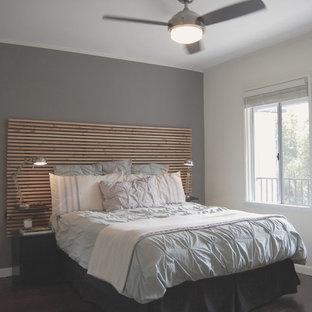 ロサンゼルスの小さいトランジショナルスタイルのおしゃれな主寝室 (グレーの壁、竹フローリング、茶色い床) のレイアウト