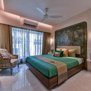Inspiration pour une chambre asiatique avec un mur beige, un sol en marbre et un sol blanc.