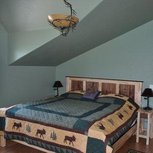 Ejemplo de habitación de invitados rústica, de tamaño medio, con paredes verdes, suelo de corcho y suelo marrón
