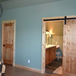 Diseño de dormitorio principal, rústico, de tamaño medio, con paredes verdes, suelo de corcho y suelo marrón