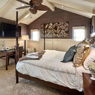Неиссякаемый источник вдохновения для домашнего уюта: хозяйская спальня среднего размера в средиземноморском стиле с коричневыми стенами и ковровым покрытием