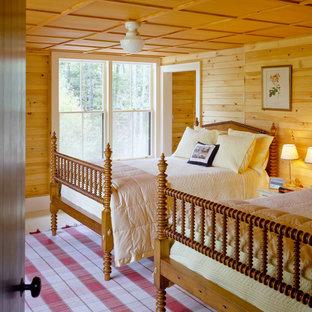 Ejemplo de habitación de invitados rural, de tamaño medio, con suelo de piedra caliza y suelo beige