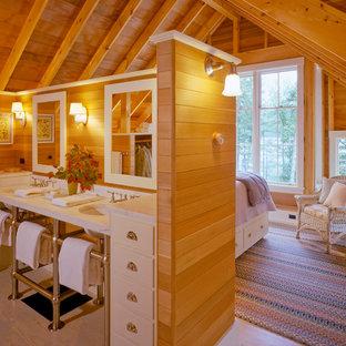 Imagen de dormitorio principal, rústico, de tamaño medio, con suelo de madera en tonos medios y suelo gris