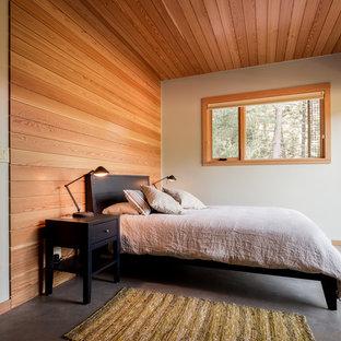 На фото: большая хозяйская спальня в современном стиле с белыми стенами и бетонным полом без камина с