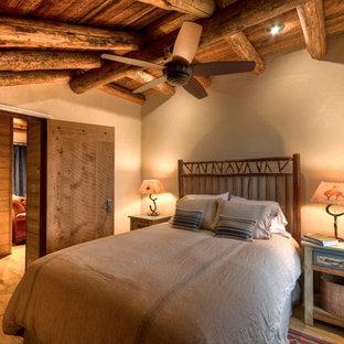 Immagine di una camera degli ospiti chic di medie dimensioni con pareti beige e parquet chiaro