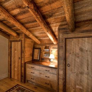 Свежая идея для дизайна: гостевая спальня среднего размера в классическом стиле с бежевыми стенами и паркетным полом среднего тона - отличное фото интерьера
