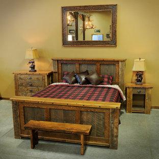 Foto de habitación de invitados rústica, de tamaño medio, con paredes beige, moqueta, chimenea tradicional y marco de chimenea de piedra