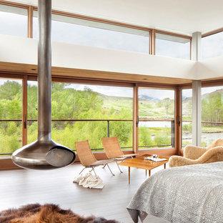 Стильный дизайн: спальня в современном стиле с печью-буржуйкой - последний тренд