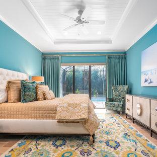 Modelo de habitación de invitados bandeja, tradicional renovada, sin chimenea, con paredes azules, suelo de madera en tonos medios y suelo marrón