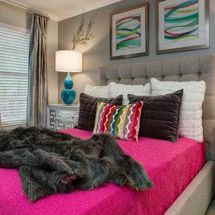 Modelo de habitación de invitados contemporánea, de tamaño medio, con paredes grises, moqueta y suelo beige