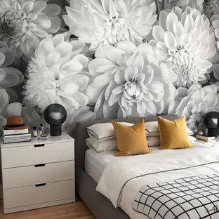 Modern inredning av ett sovrum, med grå väggar och brunt golv