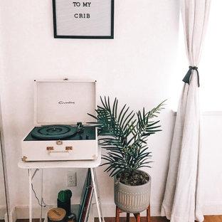 Modelo de habitación de invitados retro, pequeña, con paredes blancas, suelo de bambú y suelo marrón