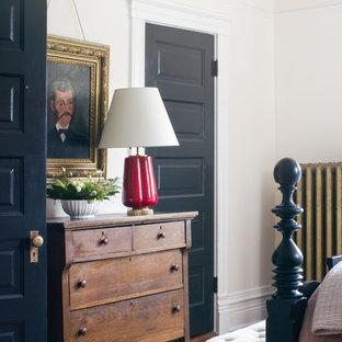 Modelo de dormitorio principal, ecléctico, de tamaño medio, sin chimenea, con paredes rosas y suelo de madera en tonos medios