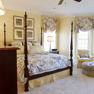 Foto de dormitorio principal, tradicional, grande, con paredes amarillas y moqueta