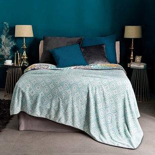 Immagine di una camera da letto moderna con pavimento grigio e pareti blu