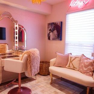 ロサンゼルスの中サイズのコンテンポラリースタイルのおしゃれな寝室 (ピンクの壁、ラミネートの床、ベージュの床) のレイアウト
