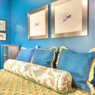 Foto di una camera da letto mediterranea di medie dimensioni con pareti rosa e moquette