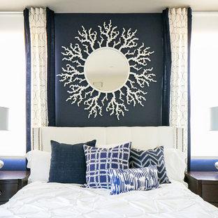 サンディエゴの中サイズのトランジショナルスタイルのおしゃれなゲスト用寝室 (青い壁、カーペット敷き、白い床) のレイアウト