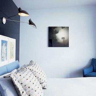 Inspiration för ett mellanstort funkis huvudsovrum, med flerfärgade väggar