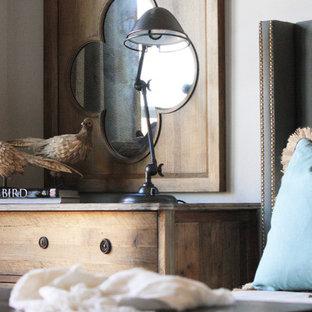 Imagen de dormitorio rural con paredes blancas