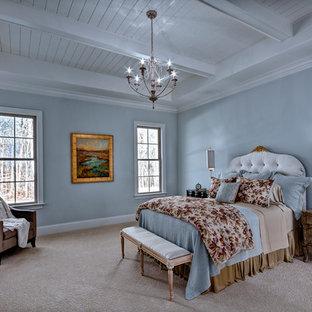 Foto de dormitorio principal, tradicional renovado, grande, sin chimenea, con paredes azules, moqueta y suelo beige