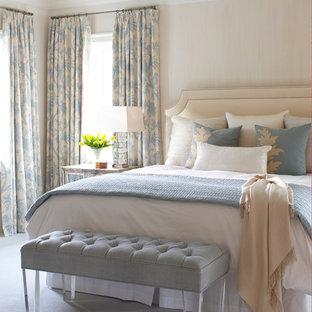 Diseño de dormitorio marinero con paredes beige y moqueta