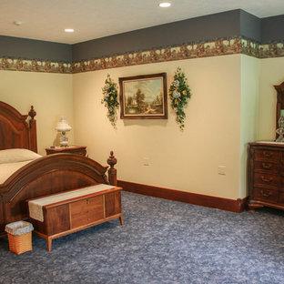 Foto de habitación de invitados rural, extra grande, sin chimenea, con paredes blancas, moqueta y suelo azul