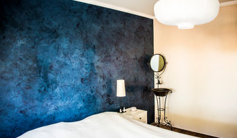 Blue marmorino wall in bedroom.