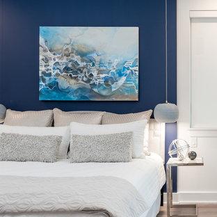 Diseño de dormitorio principal, contemporáneo, de tamaño medio, con paredes azules, suelo laminado y suelo marrón