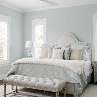 Imagen de dormitorio principal, costero, de tamaño medio, con paredes verdes, suelo de madera oscura y suelo marrón