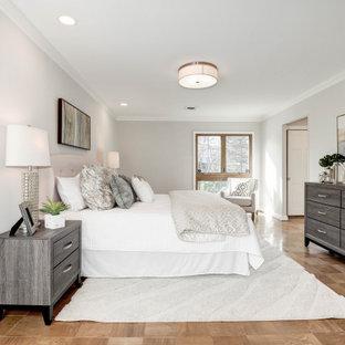 Modelo de dormitorio principal, clásico renovado, grande, sin chimenea, con paredes grises, suelo de corcho y suelo marrón