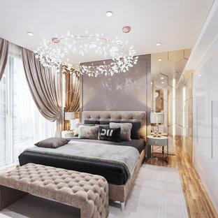 Immagine di una piccola camera matrimoniale contemporanea con pareti beige, parquet chiaro, nessun camino e pavimento giallo