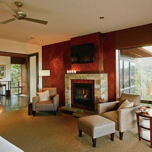 Пример оригинального дизайна: большая хозяйская спальня в классическом стиле с красными стенами, ковровым покрытием, стандартным камином, фасадом камина из камня и бежевым полом