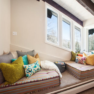 Свежая идея для дизайна: спальня в современном стиле с бежевыми стенами - отличное фото интерьера