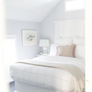 プロビデンスの小さいトラディショナルスタイルのおしゃれな客用寝室 (白い壁、塗装フローリング、黒い床) のインテリア