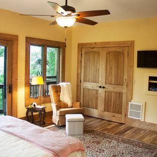 Foto de dormitorio principal, rústico, grande, con paredes beige, suelo de madera oscura y suelo multicolor