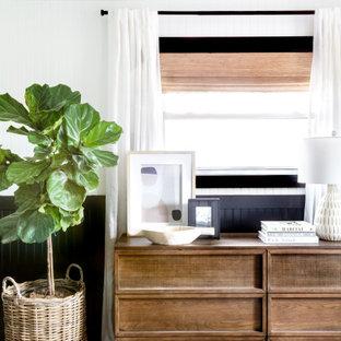 カンザスシティの広いカントリー風おしゃれな主寝室 (白い壁、淡色無垢フローリング、ベージュの床)