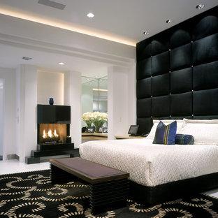 Großes Modernes Hauptschlafzimmer mit Keramikboden und Kamin in Miami
