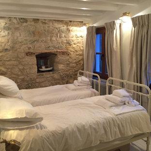 Diseño de habitación de invitados rural, pequeña, con suelo de madera pintada y suelo beige