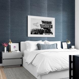 ニューヨークのコンテンポラリースタイルのおしゃれな主寝室 (黒い壁、淡色無垢フローリング、ベージュの床、壁紙) のインテリア