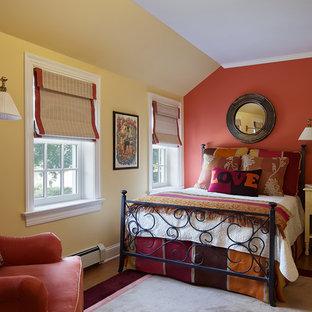 Idée de décoration pour une chambre d'amis tradition de taille moyenne avec un mur rouge, un sol en bois clair, aucune cheminée et un sol beige.