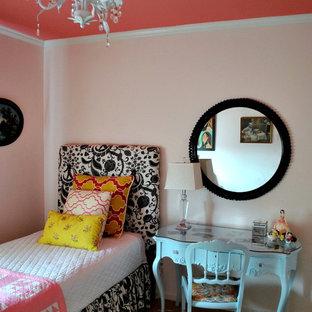 Ejemplo de habitación de invitados bohemia, pequeña, sin chimenea, con paredes rosas y moqueta