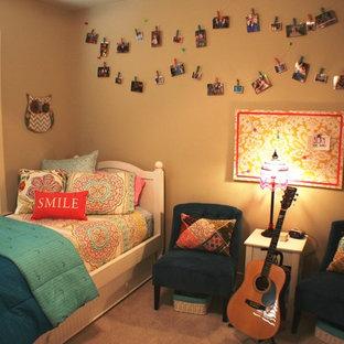 Diseño de dormitorio bohemio, pequeño, con paredes beige y moqueta