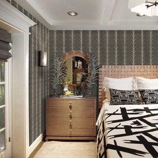 Diseño de habitación de invitados papel pintado, ecléctica, de tamaño medio, sin chimenea, con paredes grises, suelo de madera en tonos medios, suelo marrón y papel pintado