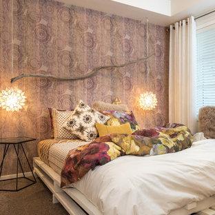 Modelo de dormitorio principal, ecléctico, de tamaño medio, sin chimenea, con paredes púrpuras y moqueta