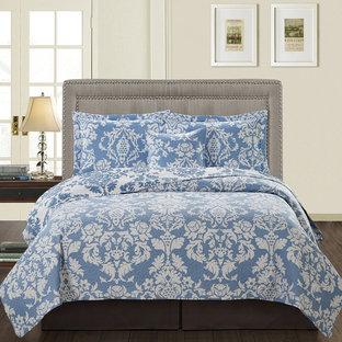 ワシントンD.C.のヴィクトリアン調のおしゃれな寝室 (白い壁、無垢フローリング)